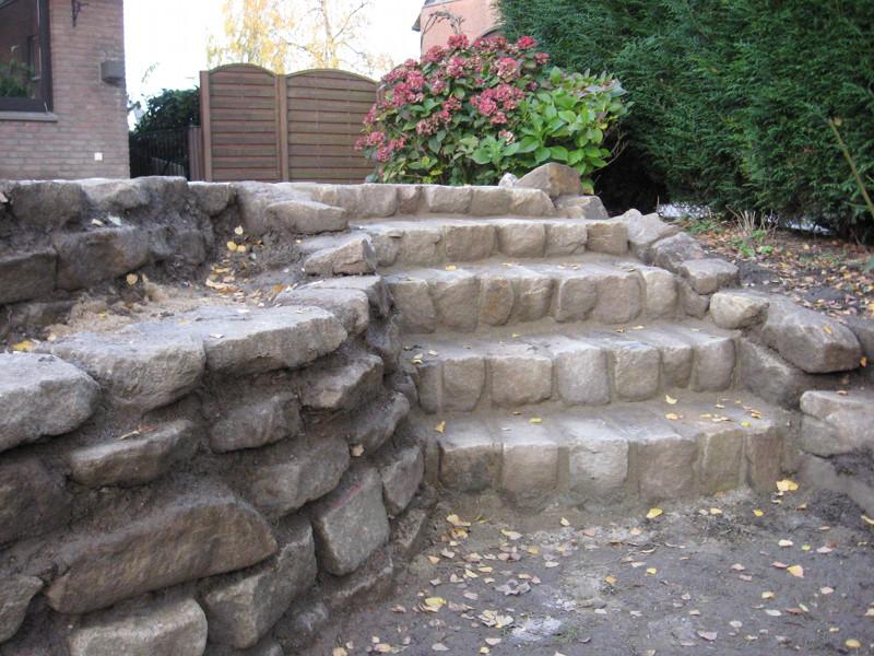 Stufen und Mauer