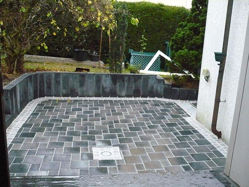 Terrasse mit Pallisaden und Graniteinfassung