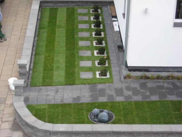 Vorgarten mit Wegen