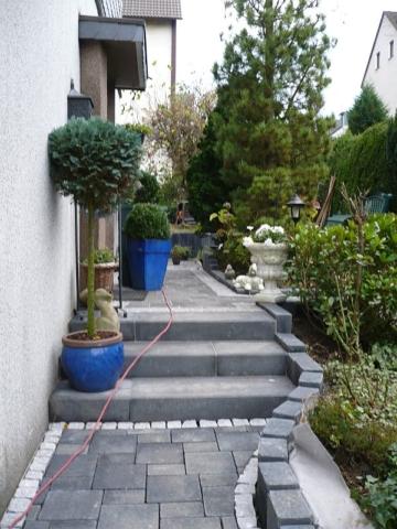 Weg mit Stufenanlage